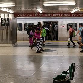 В Торонто с музика и песни имат право да забавляват пътниците в градското метро само изключително професионални музиканти – те дори преминават през задължително прослушване. След като бъдат одобрени от специална комисия, те плащат лиценз на стойност 150 канадски долара.