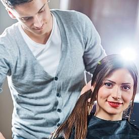 ПОДСТРИГВАЙТЕ СЕ РЕДОВНО  Дори и да държите на всеки сантиметър, поддържането на равни връхчета е задължително. Веднъж на три месеца е оптималния период за подстригване, за да имате красива и здрава коса. Веднъж на два месеца е периодът, ако косата ви е боядисана или предразположена към начупване.
