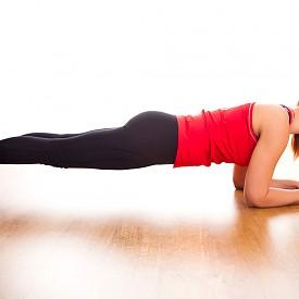 КОРЕМНА ПРЕСА Сутрин е най-подходящото време за този вид упражнения – те осигуряват перфектна работа на метаболизма и гарантират плосък корем през целия ден. Ако нямате много време, постойте в планк за една минута.