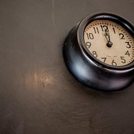 Винтидж часовник  За някои идеята за стенен часовник изглежда прекалено ретро, но според нас само истински винтидж представител ще е перфектен за интериора ви. В краен случай може да изберете по-малък часовник за нощното си шкафче.