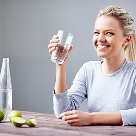 ЧАША ВОДА Защо е добре да пиете чаша топла вода всяка сутрин? Това подготвя стомашно-чревния тракт за работата през деня. Според специалистите през нощта стените на червата са полепнали с остатъци от храносмилането, което води до образуване на шлака. Топлата вода на празен стомах измива всички тези остатъци и подготвя червата за усвояването на новите полезни вещества. Добавянето на лимон е препоръчително – засилва метаболизма и помага пречистването на организма, както и на кожата.