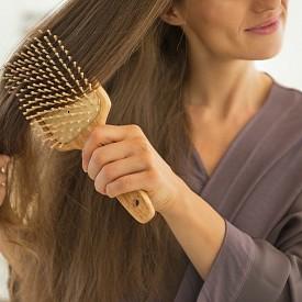 РАЗРЕСВАЙТЕ ПРАВИЛНО  Още една причина за сплитане и начупване на косата е разресването веднага след измиване. Правилно е да правите това веднага след намокряне, но преди нанасяне на шампоана. Използвайте гребен с едри зъбци и го правете редовно. Това подобрява кръвообращението на скалпа и равномерно разпределя омазняването. Така косите растат гладки и краищата не остават сухи.
