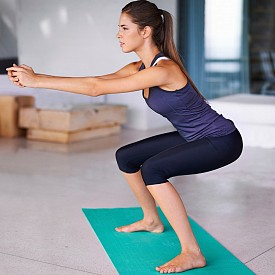 КЛЕКОВЕ  Това са едни от най-добрите упражнения за отслабване. За да ги правите правилно, фокусирайте се върху долната част на торса и бедрата. Краката са на ширината на раменете, гърбът изправен, натискът е върху петите. Не забравяйте да държите коленете на нивото на петите. Повторете 3 серии по 15 повторения.