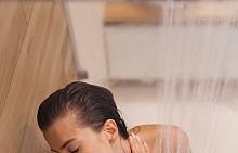 """КОНТРАСТЕН ДУШ Колкото по-прохладна е водата, толкова повече ползи носи тя – за съдовете, за кожата и за имунитета. За да се събудите по-добре сутрин, облейте се с хладка вода – първо """"отворете"""" порите с топла вода, след което ги """"затворете"""" с хладка и не им давайте възможност отново да се """"отворят"""", за да не се изпари влагата от кожата. Отлично допълнение към това стимулиращо сетивата изживяване под душа е душ гел с аромат на цитрус, мента и евкалипт."""