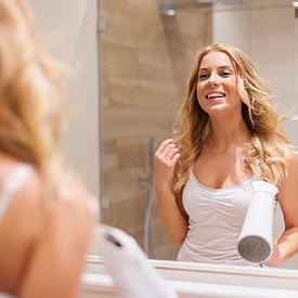 ИЗПОЛЗВАЙТЕ ЗАЩИТЕН СЕРУМ Не се отказвайте от сешаора  - термоспрей и серум са най-ценните продукти в този случай. Те защитават косата от горещия въздух и помагат на кичурите да останат гладки.