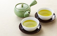 Зелен чай   Тази популярна напитка е разпространена много в азиатските страни, като учените са доказали, че пиенето на зелен чай три пъти на ден е по-ефективно от приемането на антибиотици. Все пак има някои случи при продължителни възпалителни процеси и инфекции, при които е наложително да се пият лекарства, но зеленият чай при всички случаи е идеален за съпътстващо лечение.