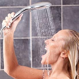 Вземете студен душ. Ударно начало на деня е студеният душ – той действа като своеобразен шок, който не само събужда, но и тонизира и ви кара да осъзнаете момента веднага.