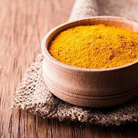 Куркума  Тази подправка е била използвана за приготвяне на билков мехлем, който лекува кожни рани, порязвания, дори проказа. Причината за това са антибиотичните и антисептичните й свойства. В допълнение към тях, куркумата помага за предотвратяване на инфекции и подуване, както и помага за заздравяването на увредена вече кожна тъкан. В Индия я използват в качеството й и на козметично средство за почистване на кожата.