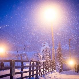 Развлеченията в Рука са запомнящи се – всяка вечер между 19:00 и 23:00 ч се организира нощно ски спускане между осветени елхи и борове.
