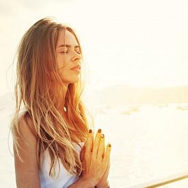 Стартирайте с медитация. Най-малко 5 минути ще ви осигурят баланса за деня – опитайте се да освободите ума си и да го подготвите за предизвикателствата на деня.