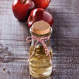Ябълков оцет  Много хора твърдят, че той облекчава болките, предизвикани от артрит, помага за качественото храносмилане и за лечение на инфекции. Благодарение на антибиотичното си действие, ябълковият оцет успешно се справя с диария например. Пектинът, който се съдържа в него, помага за преодоляване на чревни спазми. Важно е да смесвате 1-2 супени лъжици оцет с вода или бистър ябълков сок.