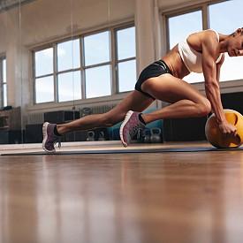 ТАБАТА СЕРИИ Тези интервални тренировки, но ще ги оцените. Стартирайте с гирички – вдигнете ги над главата и скочете встрани. Изпълнявайте го в продължение на 20 секунди. Сменяйте упражненията с гирички – изпълнявайте 8 кръга с 20 секунди почивки между тях.