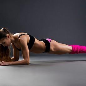 УПРАЖНЕНИЯ С ТЕЖЕСТТА НА ТЯЛОТО  Тези упражнения помагат за изпомпване на мускулите и за изгаряне на повече калории. Добре е да комбинирате тренировки на ръцете и краката. Правете по три серии.