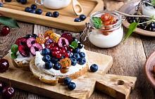 Закуска – сандвич със сирене и червени боровинки. Разрежете на две едно пълнозърнесто хлебче (от различни семена). Сложете 1 лист салата и 20 г нискомаслен кашкавал (едамер) , гарнирайте с 1 лъжичка боровинки. Около 250 калории.