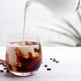 Втора закуска – кафе с мляко и плод Направете си кафе със 150 г нискомаслено мляко (1,5 % масленост). Към него прибавете един малък плод (например 1 мандарина) Около 100 калории