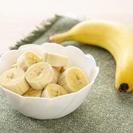 Банани – те съдържат голямо количество калий, който облекчава крампите в мускулите, както и солидно количество въглехидрати, които зареждат с енергия. Един банан съдържа 400 мг калий и 29 г въглехидрати – колкото в две филийки пълнозърнест хляб, но доста по-вкусно.