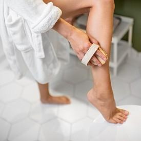 2. Опитайте суха четка за тяло. Преди да се изкъпете, ползвайте суха четка за тяло с естествени влакна. Тя не само че ще направи кожата ви по-мека и гладка, но и ще стимулира лимфната система, един от основните канали за детоксикация на тялото. Тук е важна посоката – трябва да е винаги нагоре (например от стъпалата към бедрата, от китките към раменете), защото това е пътят на лимфния поток.