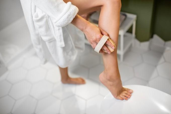 2. Опитайте суха четка за тяло. Преди да се изкъпете,...