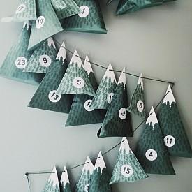 За по-сръчните: направете си такива елхички и в тях сложете изненада за всеки ден до Коледа. Това е и прекрасна декорация.