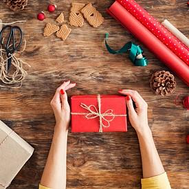 1.Опаковането на подаръците ни отнема средно по 2 часа и 27 минути.