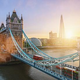 ЛОНДОН, ВЕЛИКОБРИТАНИЯ Градът на Джак Изкормвача също е добър избор за 31 октомври. Много мистерия и призрачни атракции плюс отличен избор от празненства, които се провеждат из целия град. От тематични обиколки и паради до шикозни клубни събития, Лондон със сигурност знае как да развълнува посетителите си на Хелоуин.