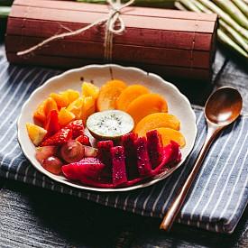 Втора закуска – салата от папая. Обелете ½ папая (около 220 г), извадете семките и нарежете месото на малки парченца. Можете да подправите с малко черен пипер. Около 100 калории