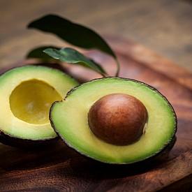 Авокадото е изключително богат източник на енергия, но и на младост. В него има голямо количество есенциални мастни киселини, антиоксиданти, фибри и витамин Е. Витамин В5 пък осигурява оптимално разпределение на енергията. Колко често може да го ядете? 3-4 пъти седмично.