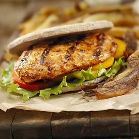 Закуска – пълнозърнест хляб с пилешко филе. Намажете една филия (50 г) с 1 лъжичка нискомаслено масло. Сложете 1 резен нискомаслено пилешко филе. Сервирайте със 125 г прясно сирене (0,2 % масленост)  и 1 лъжичка диетичен мармалад от сливи. Около 250 калории