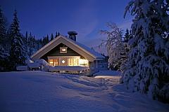 КРИЙТЕ МЕТЛИТЕ В НОРВЕГИЯ  / Коледа в Норвегия малко напомня на Хелоуин - играят се много игри, има костюми и партита, и задължително отрупана трапеза. На Бъдни Вечер традиционно се скриват всички метли и четки - не от хигиенични причини, а, за да не ги откраднат вещиците през нощта. На другият ден се ходи на църква, след което всички деца тръгват от къща на къща, за да поздравят стопаните и да им изпеят коледни песни. Почти като нашите малки коледари!