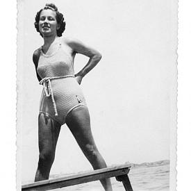 През 1935 г. е била нужна голяма смелост, за да останеш на плажа по бански.