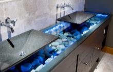 Синият цвят носи усещане за свежест в банята