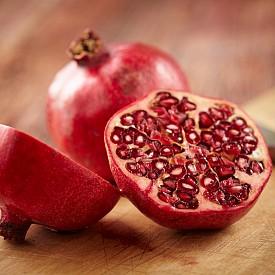 След като преди няколко години усилено се заговори за откритите нови полезни свойства на нара, този плод се превърна в звезда. Продуктът на младостта – така го наричат. Освен това заради повишеното съдържание на витамин C и други антиоксиданти, той укрепва имунитета, понижава риска от развитие на ракови образувания, повишава съдържанието на желязо в кръвта, намалява визуалните признаци на стареене на кожата и дори – пречи на увреждането на ДНК. Мъжете би трябвало да са заинтригувани от още едно свойство на този плод – той подобрява потентността.