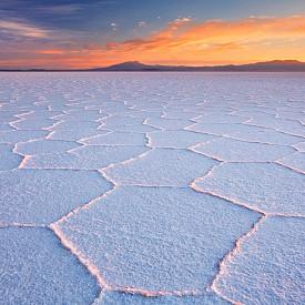 Преди 40 000 г. на това място в Салар де Уюни в Боливия е имало голямо солено езеро. То обаче пресъхва и оставя след себе си огромна солена пустиня. Сега, когато завали дъжд, това място се превръща в най-голямото естествено огледало на света.