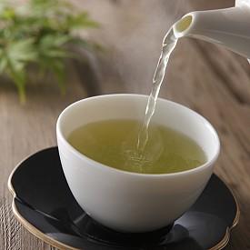 Зеленият чай е богат на антиоксиданти с антивирусни и антибактериални свойства, които помагат да се победи хремата. Една група антиоксиданти и по-специално - катехините, възпрепятстват активността на вируса на хремата, както и този на грипа. Зеленият чай стимулира имунитета като цяло и активира метаболизма. Пийте по две-три чаши зелен чай на ден, за да се предпазите или да победите хремата. Вдишването на парата му пък облекчава запушения нос.