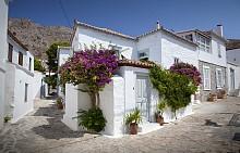 ХИДРА, ГЪРЦИЯ / Всички ходят на: Крит– люлката на европейската цивилизация и на главния олимпийски бог Зевс. / ПО-ТИХАТА АЛТЕРНАТИВА: Хидра е един от Сароническите острови в Егейско море. Дължи името си на стотиците сладководни извори, с които е осеян. Единственият начин за придвижване тук е пеша или на магаренце, защото колите са забранени. За далечните точки има автобус и водни таксита. Художници, писатели и знаменитости от миналото са предпочитали Хидра за своите срещи, а днес островът е популярна яхтинг дестинация. Справка: луксозните яхти на пристанището Камини. /  КАК ДА СТИГНЕТЕ: с ферибот от Пирея или с водно такси от по-близките Ермиони и Метокси.