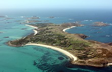 10. СИЛИ, АНГЛИЯ. Дестинация, която едва ли ще ви хрумне, когато става въпрос за море. Но архипелагът Сили предлага невероятни плажове, далеч от обичайните и пренаселени от туристи острови в Европа през лятото. Разположен в Атлантическия океан, архипелагът е на 45 км югозападно от Ландс Енд, Англия. Състои се от пет обитаеми и 140 други острова. Свети Мартин (на снимката) е от островите с най-красиви плажове.