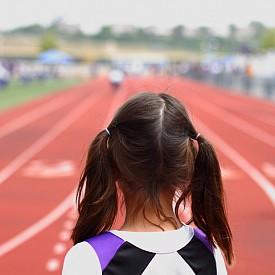 Лека атлетика: бягането и скоковете помагат не само да се изразходва излишната енергия, но и да се развие тялото. Тренира се и издръжливостта. Препоръчителна възраст за старт: 10-12 години.