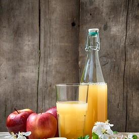 Следобедна закуска – ябълков сок с бисквити Затоплете 200 г ябълков сок и овкусете с щипка канела.  Към него изяжте 4 пълнозърнести бисквитки амарето. Около 100 калории