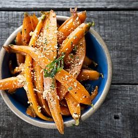 Вечеря –  моркови с моцарела Запечете на сух тиган 1 ч. л. кедрови ядки. Обелете 300 г моркови, нарежете ги на ивички и ги варете 8 минути в 150 г зеленчуков бульон, да останат хрупкави. За дресинга: разбъркайте 1 с. л. оцет с малко олио, сол и черен пипер, добавете една щипка мащерка и ½ ч. л. горчица. Смесете морковите с моцарелата и залейте с готовия дресинг. Отгоре поръсете с кедровите ядки. Около 320 калории