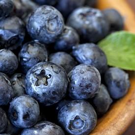 Черните боровинки. Те са антиоксидант, смятат се за суперхрана, която пази от сърдечносъдови заболявания, рак, забавя стареенето и дори помага за отслабване. Ефектът на черните боровинки се дължи не само на антиоксидантните им свойства, но и на способността на плода да засилва притока на кръв към мозъка. Съдържащите се в него вещества, наречени флавоноиди, разширяват кръвоносните съдове, засилват мозъчното кръвообращение и понижават кръвното налягане.