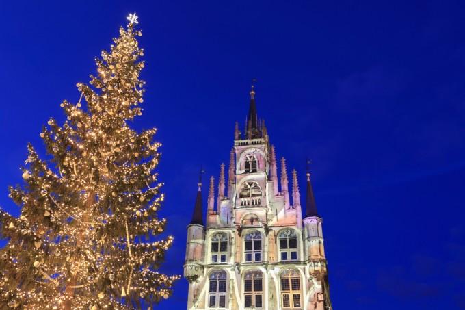 Коледната елха и готическата сграда на кметството.