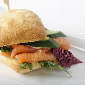Закуска – сандвич със сьомга. Разбъркайте 50 г прясно сирене (0,2% масленост), 1 лъжица нискомаслено прясно мляко, малко черен пипер и копър. Нарежете 15 г пушена сьомга, смесете със сиренето и намажете 1 пълнозърнесто хлебче. Сервирайте със 100 г краставица.  Около 250 калории