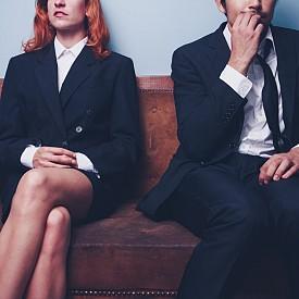 7. ОСТАВАНЕТО БЕЗ РАБОТА: Да останеш без работа, без значение какви са били причините, се случва и на най-добрите половинки. Това, само по себе си, не е проблем за любовта, но създава тънък лед от въпроси, по който и най-стабилните двойки стъпват неуверено: колко време можем да си позволим да изкараме на една заплата, кога трябва да започне търсенето на следваща работа, къде е балансът между подкрепата и изискването за промяна?