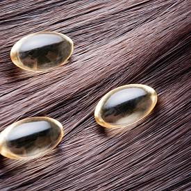 Подхранвайте косата не само с продукти за външна употреба, но и чрез храната, която консумирате. През пролетта е особено важно да приемате допълнителни добавки и витамини за коса.