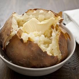ПЕЧЕНИ КАРТОФИ / Ако вечерта сте прекалили с коктейлите, обикновени печени картофи за обяд ще ви помогнат да се преборите с главоболието. Алкохолът не само дехидратира тялото, но и води до загуба на калий, на който картофите са много богати. Ако позволяват, сгответе картофите с кората.