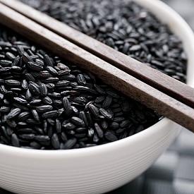 Черният ориз. Също както горските плодове, черният ориз е богат на антиоксиданти, които имат доказан защитен ефект срещу сърдечносъдови, онкологични и други заболявания. Смята се, че черният ориз съдържа повече фибри и хранителни вещества от белия.