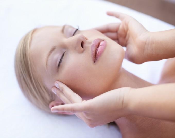 Най-ефикасният детокс масаж за лице, който може да си направите сами