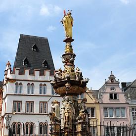 Фонтанът на централния площад в старата част на Триер