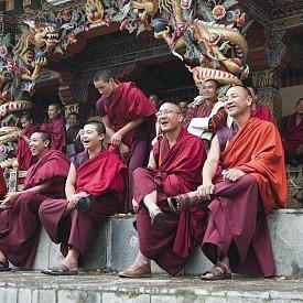 След посещението си в Бутан журналистът от ВВС Ерик Уейбнър споделя, че е открил тайната на щастието. Казал му я местен монах. А тя се състои в това, поне по 5 минути на ден да мислим за смъртта, защото страхът от нея ни кара да се чувстваме нещастни. Проучване на университета в Кентъки доказва, че хората, които мислят за смъртта, приемат живота по-позитивно от тези, които я отбягват.