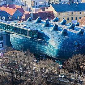 """4-о място в класацията за дизайн дестинации заема... ГРАЦ, вторият по големина град в Австрия. Със своите 4 университета и 2 университета по приложни науки, Грац е типичен студентски град, който през 2003 г. стана Европейска столица на културата. Снимка: Музеят за модерно изкуство """"Кунстхаус"""" в Грац."""